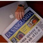 Llevando el portatil en el periodico
